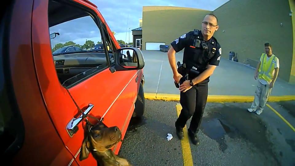 policiers-Kansas-sauvetage-chien-parking-3