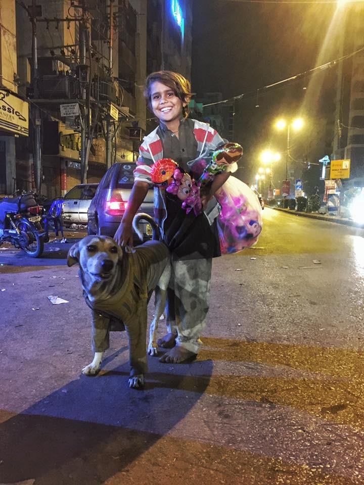 jagu-chien-garcon-pakistan-1